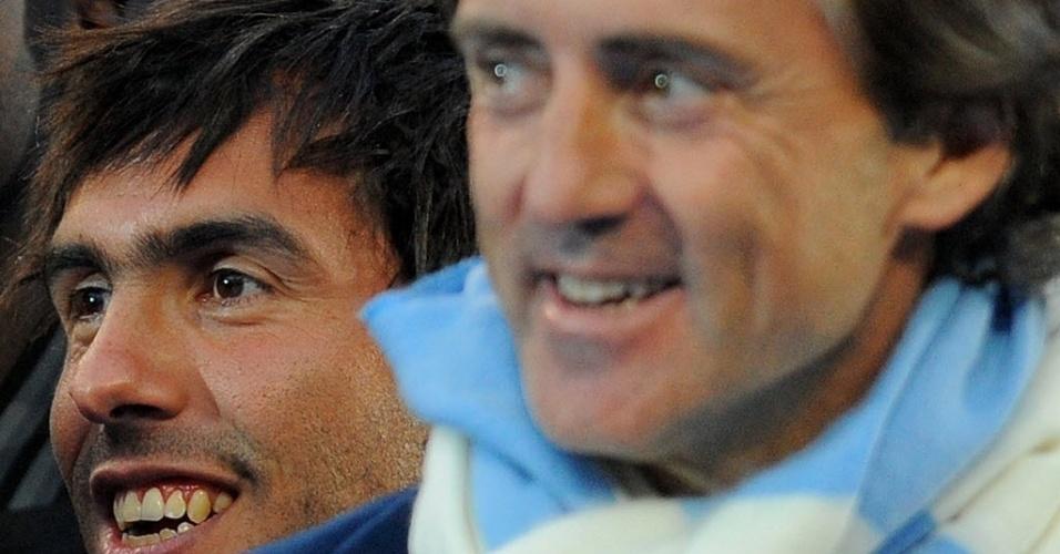 Tevez e Roberto Mancini são vistos em maio de 2011