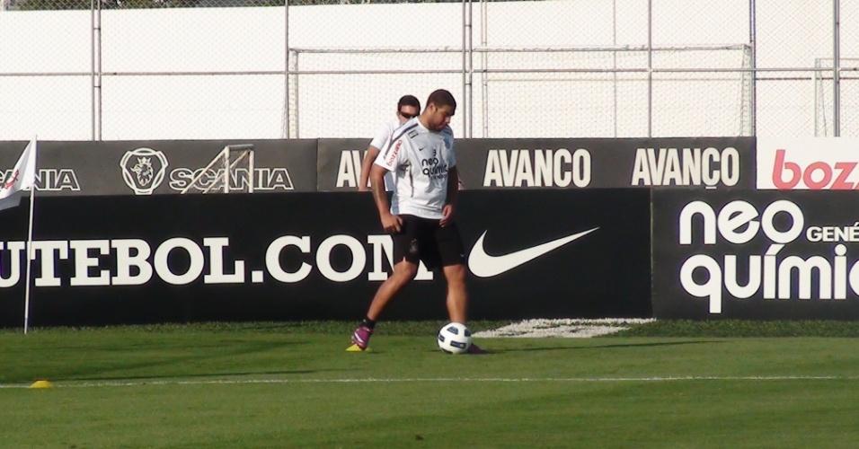 Adriano durante aquecimento em treino do Corinthians