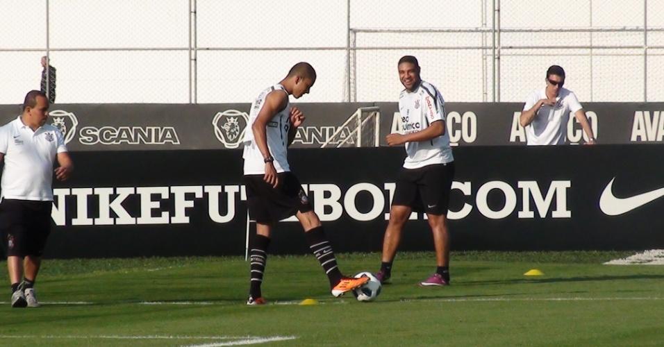 Adriano sorri durante treinamento do Corinthians