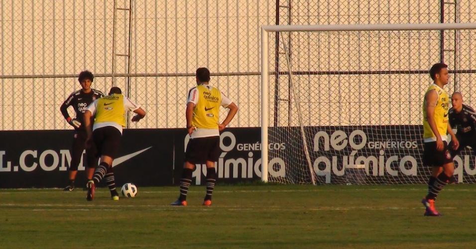 Adriano treina cobrança de pênalti após coletivo do Corinthians