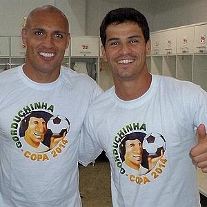 Edno e Rogério, da Portuguesa, vestem a camisa da campanha 'Gorduchinha - a Bola de 2014