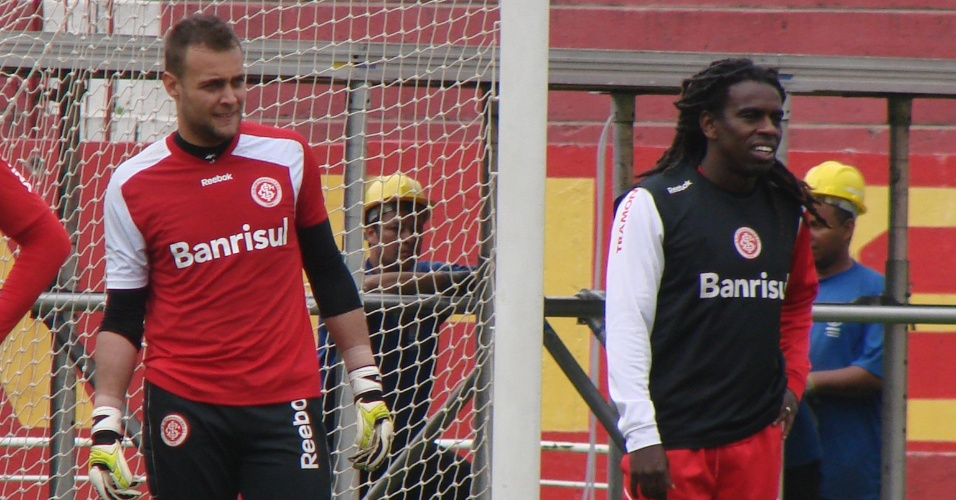 Tinga volta a ser opção para Dorival Júnior depois de 33 dias lesionado (30/09/11)