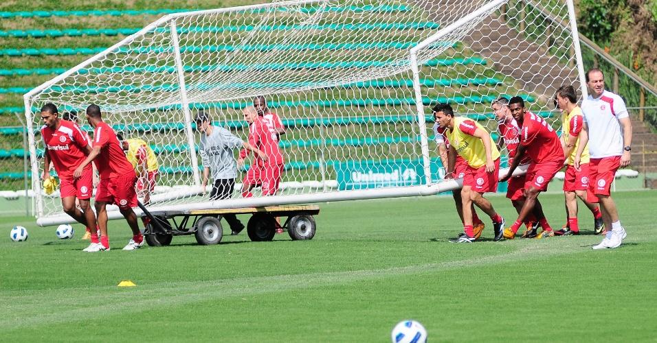 Jogadores do Inter transportam meta no Ecoestádio do Corinthians Paranaense em Curitiba (01/10/2011)