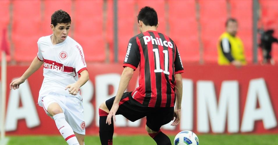 Meia Oscar tenta jogada pelo Inter contra o Atlético-PR (02/10/11)