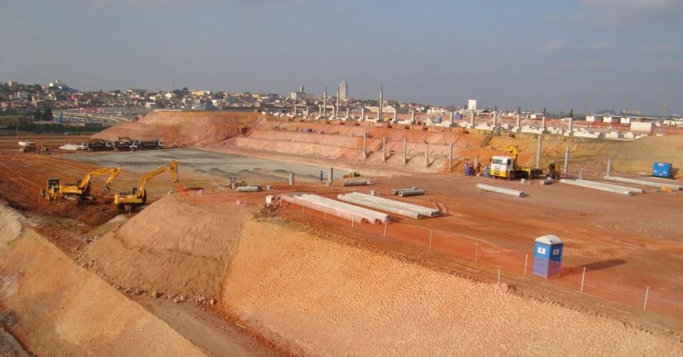 Futuro estádio do Corinthians começa a ganhar forma com trabalhos de terraplenagem (03/10/11)