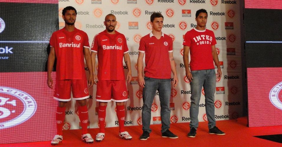 Jogadores do Inter Guiñazu, Elton, Zé Mário e Dellatorre desfilaram o novo uniforme (03/10/2011)