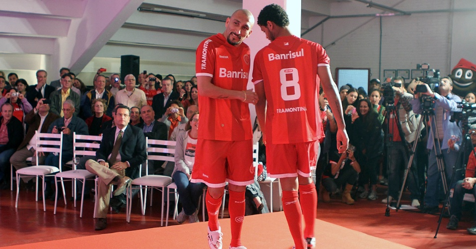 Volantes Guiñazu e Elton desfilam durante lançamento da terceira camisa do Inter (03/10/2011)