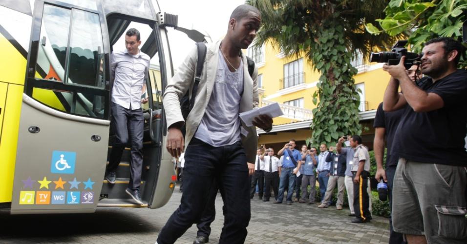 Zagueiro Dedé desembarca com a seleção brasileira na Costa Rica
