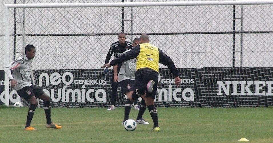 Adriano domina a bola diante de Wallace durante treino do Corinthians (4/10/2011)