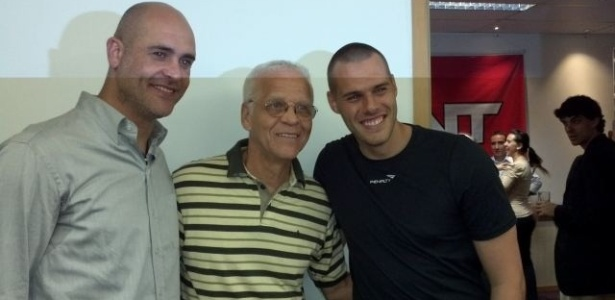 Goleiro Marcos, Ademir da Guia e Deola posam para foto na festa de lançamento da clínica de fisioterapia