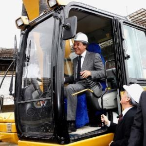Governador do Paraná, Beto Richa, opera máquina no lançamento das obras da Arena da Baixada