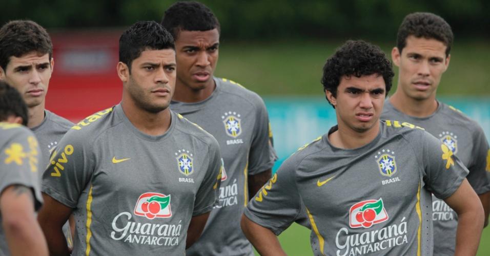 Hulk e Fábio ficam atentos às instruções durante o treino da seleção para o amistoso contra a Costa Rica