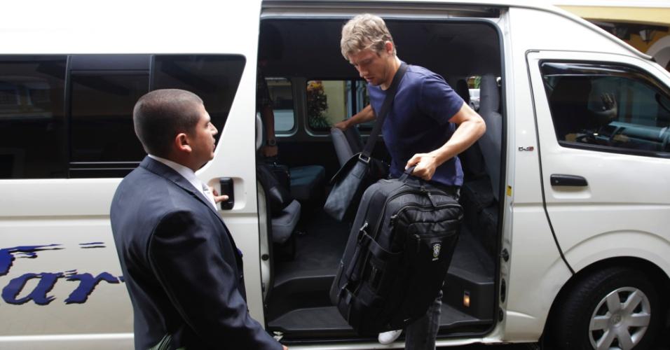 Lucas Leiva chega à Costa Rica para se juntar à seleção brasileira (04/10/2011)