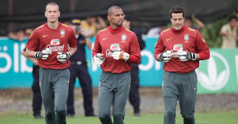 Os goleiros Neto, Jefferson e Júlio César aquecem no início do treino do Brasil, na Costa Rica