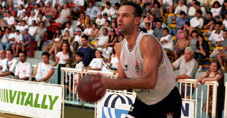 Oscar Schmidt, ex-jogador de basquete, pelo Corinthians em 1995