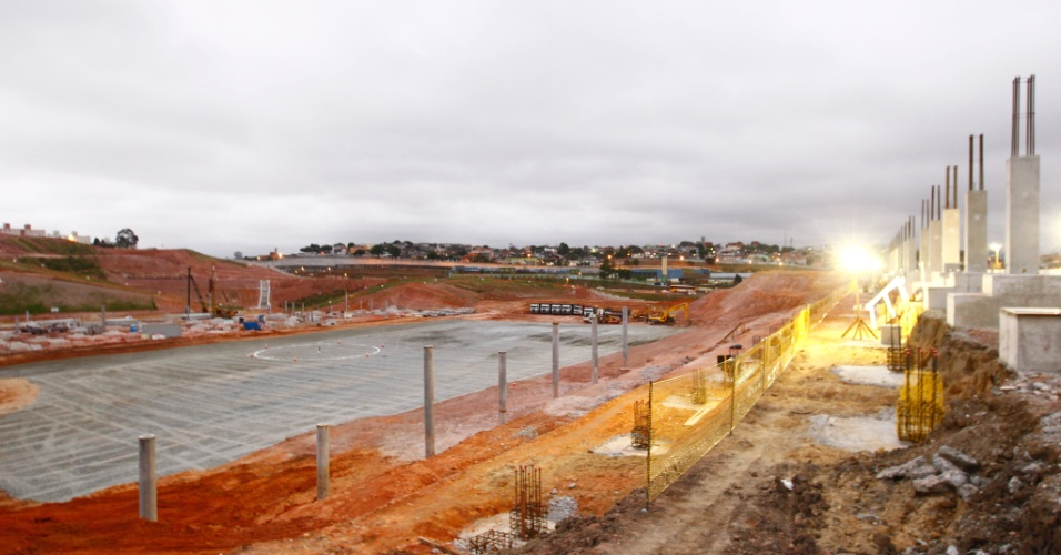 Aos poucos, futuro estádio do Corinthians vai tomando forma. Área cinza mostra onde será o campo, que já teve até o círculo central demarcado por funcionários da Odebrecht