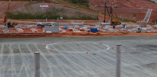 Funcionários pintam o círculo central no local onde ficará o campo no Itaquerão