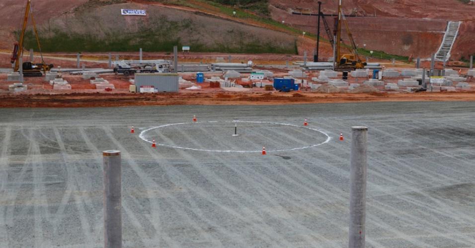 05.10.2011 - Funcionários da construtora Odebrechet pintam o círculo central no local onde ficará o campo no Itaquerão, futuro estádio do Corinthians