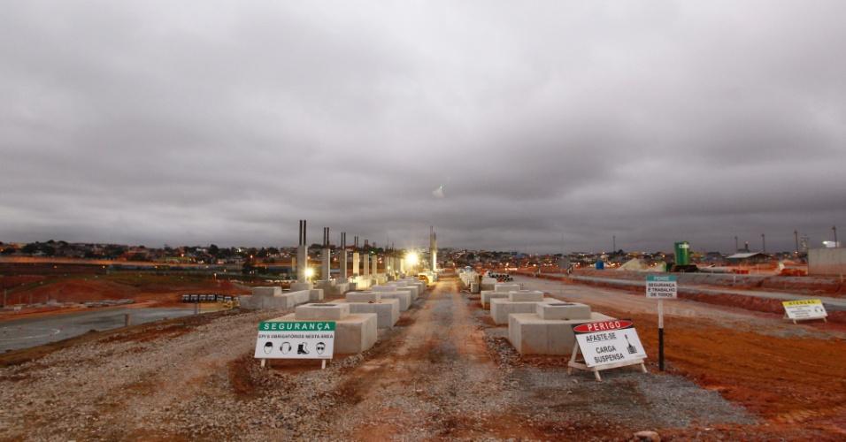 05.10.2011 - Funcionários trabalham na construção do Itaquerão, que recebe vigas e já tem a área onde será o campo demarcada com brita