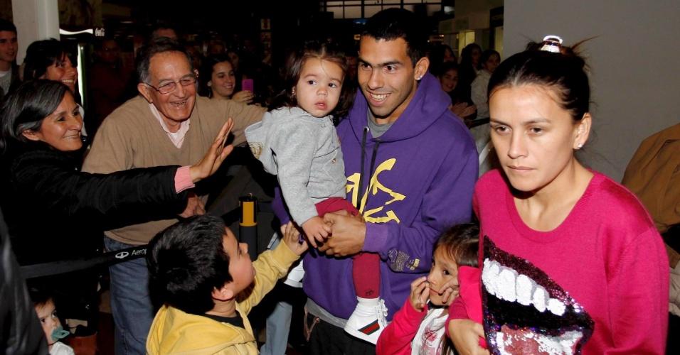 Tevez chega a Buenos Aires com a mulher Vanessa Mansilla e filhas Florencia e Katie (04/10/2011)