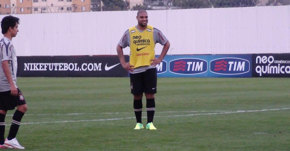 Adriano treina de chuteira verde, cor do arquirrival do Corinthians (06/10/2011)