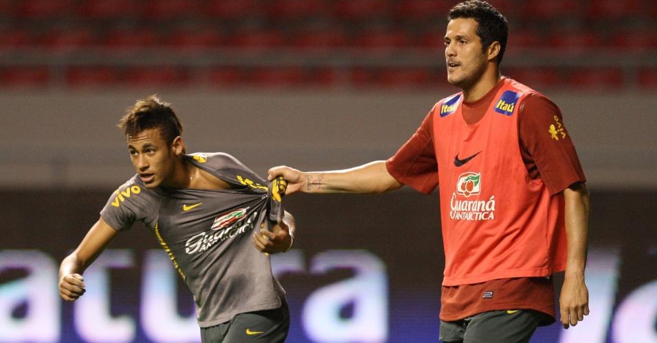 Julio Cesar segura Neymar para evitar chance de ataque do santista durante treinamento da seleção