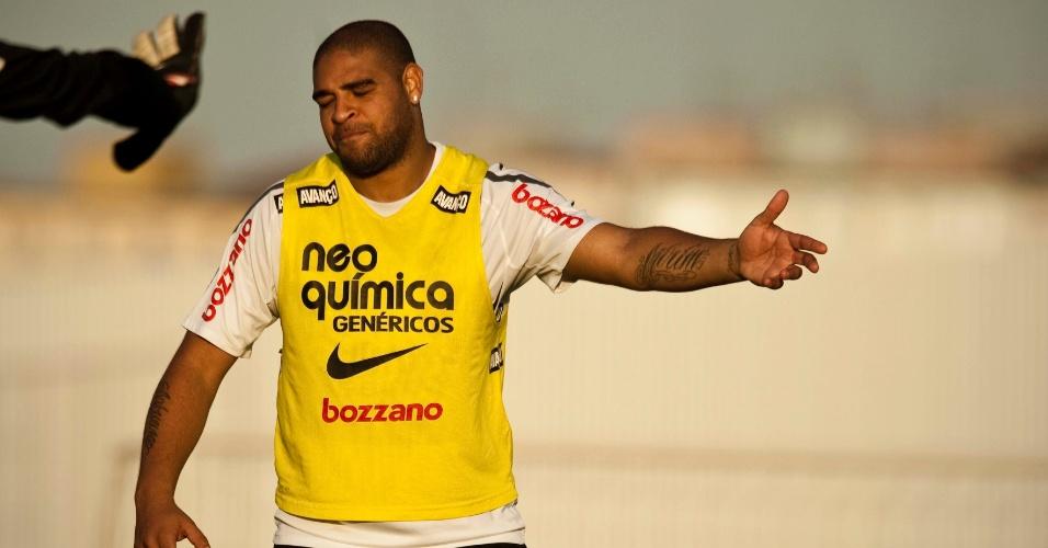 Adriano gesticula durante o treino desta sexta-feira, quando foi confirmado para a reserva diante do o Atlético-GO