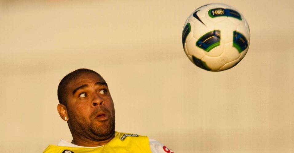 Adriano sobe para cabecear durante o treino, dois dias antes de ser relacionado para o primeiro jogo pelo Corinthians