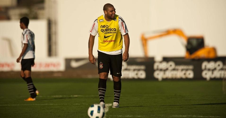 Confirmado para a reserva no domingo, contra o Atlético-GO, Adriano era só alegria no treino do Corinthians