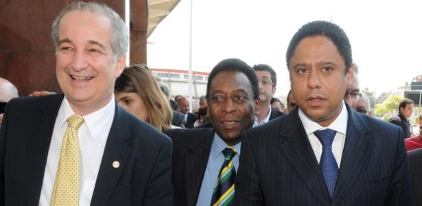Pelé e Orlando Silva foram recebidos pelo presidente do Inter na entrada do Beira-Rio