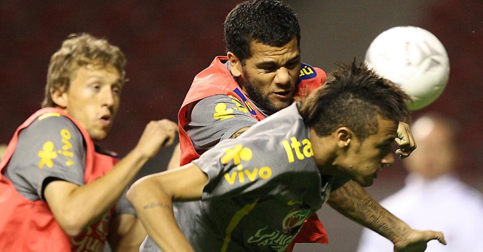 Reservas em treino da seleção nesta quinta-feira, Daniel Alves e Lucas Leiva marcam Neymar