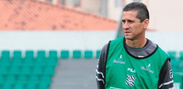 Técnico Jorginho observa o treinamento do Figueirense (7/10/2011)