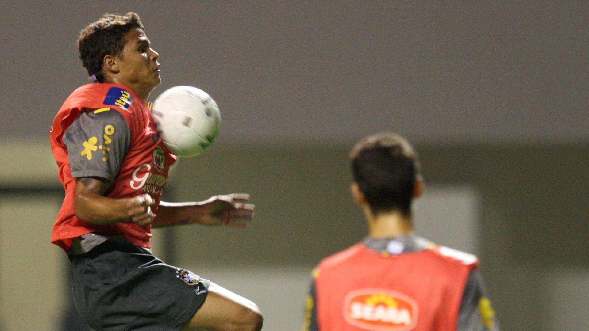 Zagueiro Thiago Silva domina a bola em treino da seleção brasileira, que se prepara para jogar contra a Costa Rica