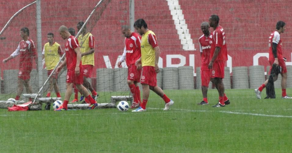 Meia Ilsinho em treinamento do Inter no estádio Beira-Rio (08/10/2011)