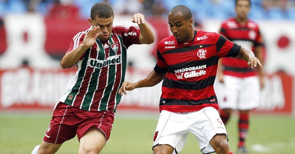 Deivid e Edinho disputam a bola durante o clássico Fla-Flu no Engenhão (09/10/2011)