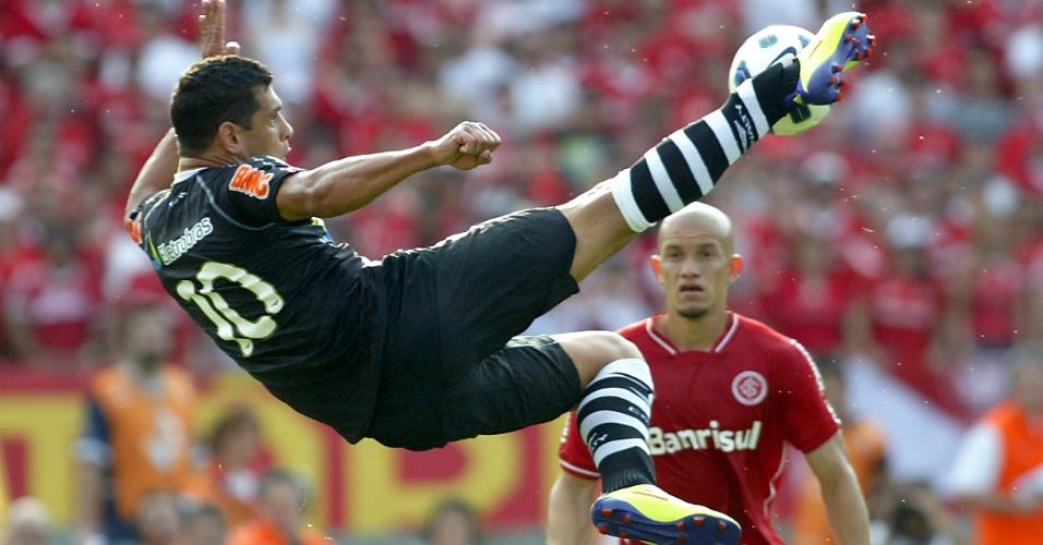 Diego Souza acerta voleio e quase marca golaço para Vasco contra o Inter (09/10/11)