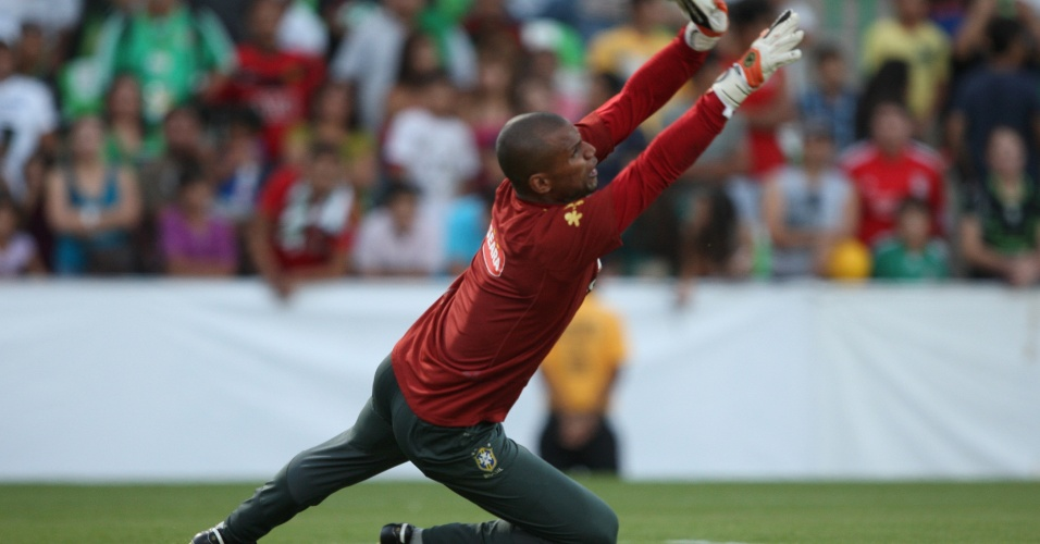 Jefferson, que assumiu a condição de titular após o corte de Julio César, espalma a bola no treino do Brasil (09/10/2011)