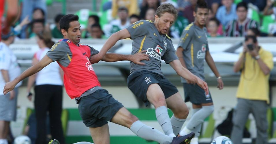 Jonas tenta roubar a bola de Lucas Leiva no segundo treino do Brasil no México (09/10/2011)