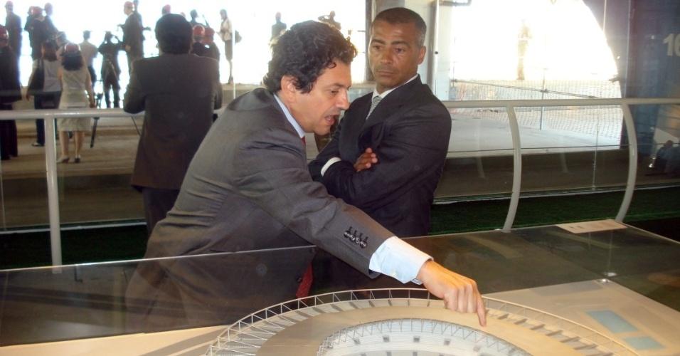 Romário e Otávio Leite conversam em frente a uma maquete do novo Maracanã (10/10/11)