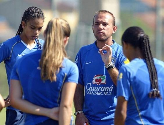 Técnico Kleiton Lima treina a seleção feminina de futebol para o Pan-Americano 2011