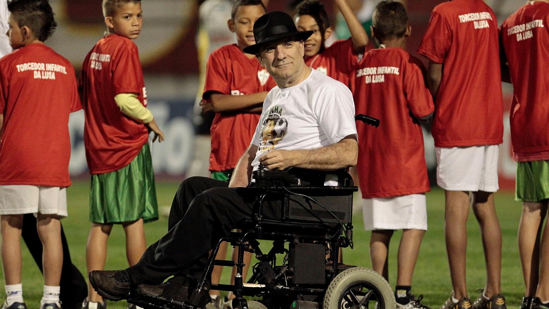 Ex-locutor Osmar Santos recebe homenagem antes da partida entre Portuguesa e Boa Esporte, no Canindé (11/10/2011)
