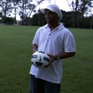 Ronaldinho Gaúcho ensina embaixadinhas a repórter norte-americano