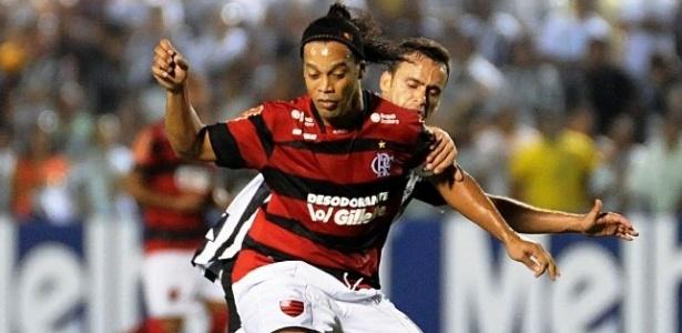 Ronaldinho Gaúcho recebe marcação forte do jogador do Ceará durante jogo deste sábado