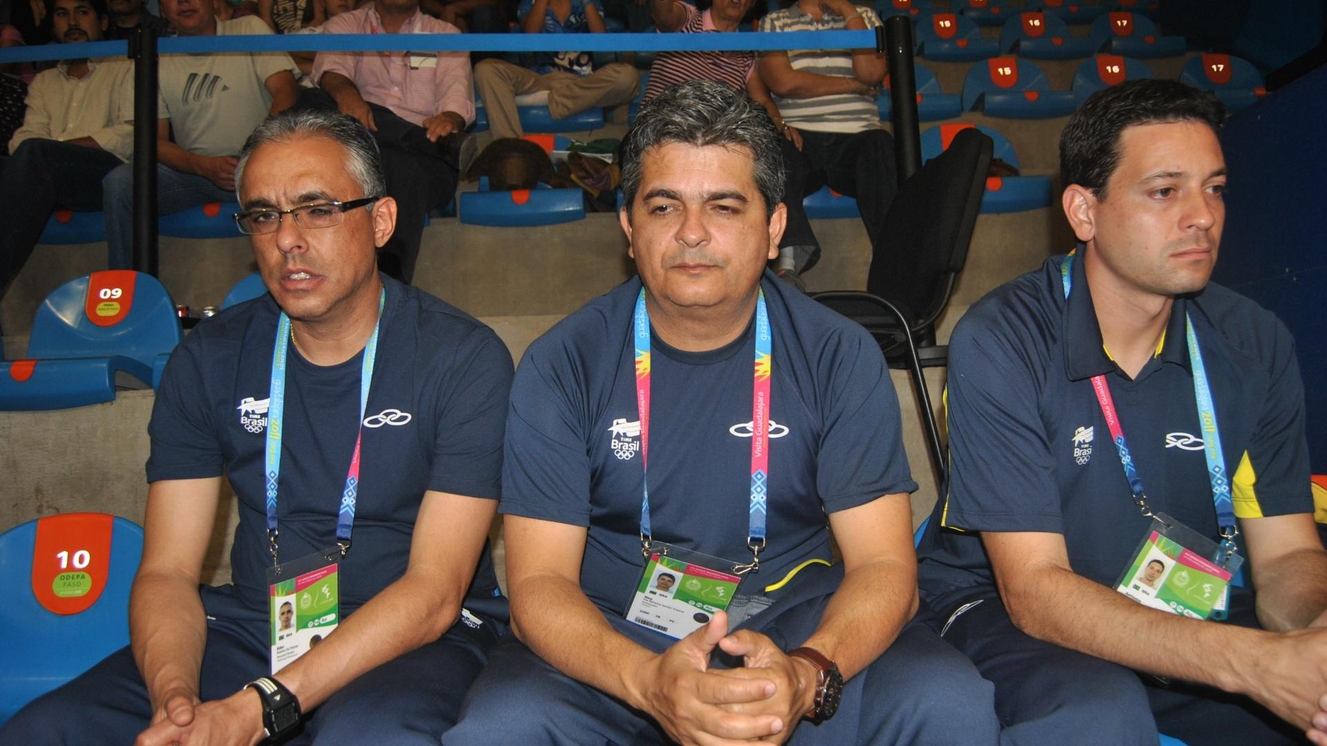 Ney Franco assiste ao jogo do Brasil contra o Canadá, no vôlei feminino do Pan, da arquibancada (16/10/2011)