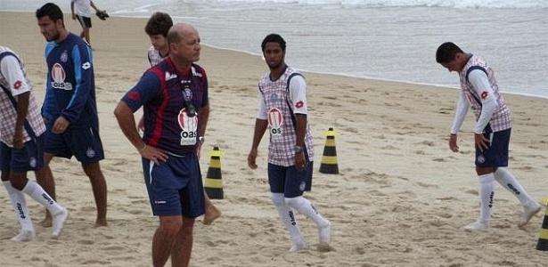 Bahia treina na Praia de Piatã, em Salvador (18/10/2011)