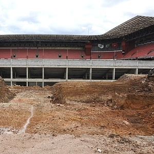 Escavações no terreno ao lado da Arena da Baixada, cujas obras seguem em ritmo lento