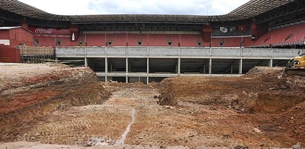 Escavações no terreno ao lado da Arena da Baixada, no início das obras para a Copa