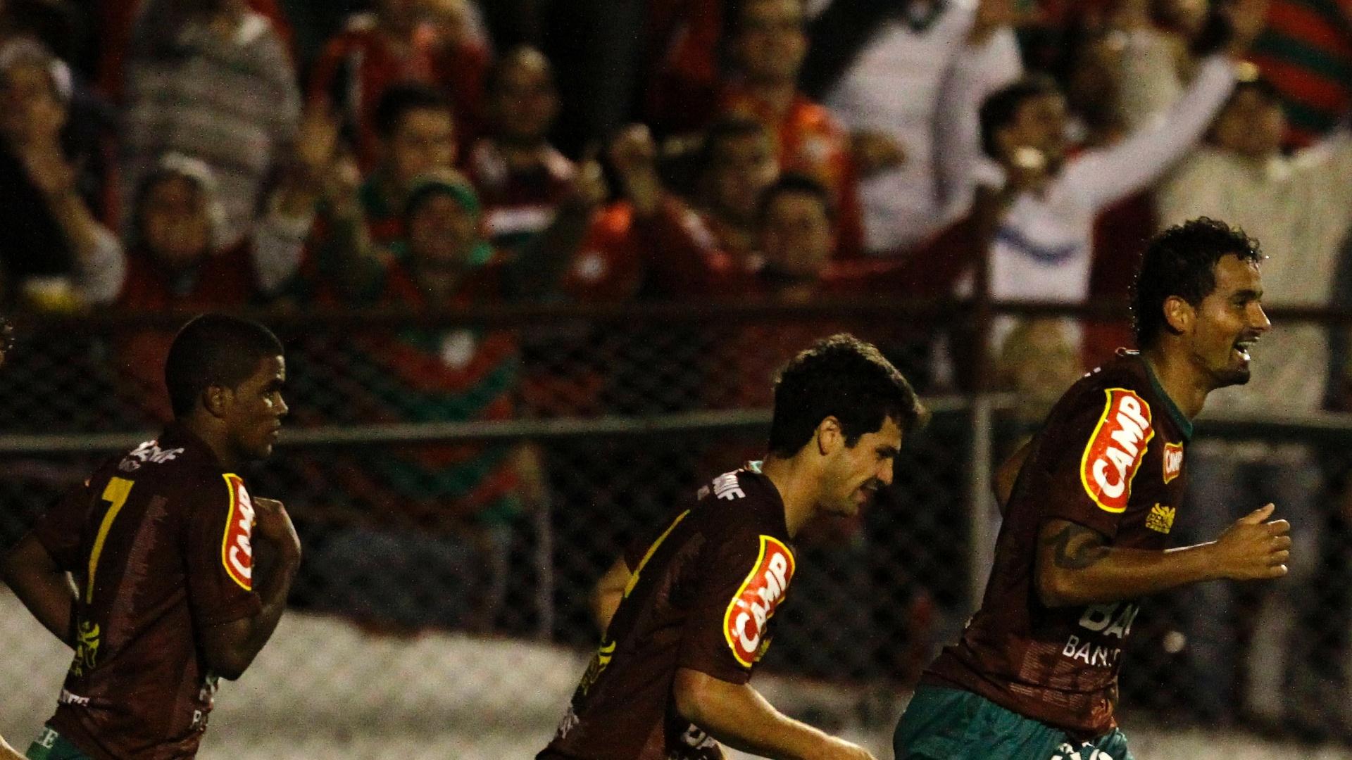 Jogadores da Portuguesa comemoram gol no triunfo sobre o Vitória no Canindé