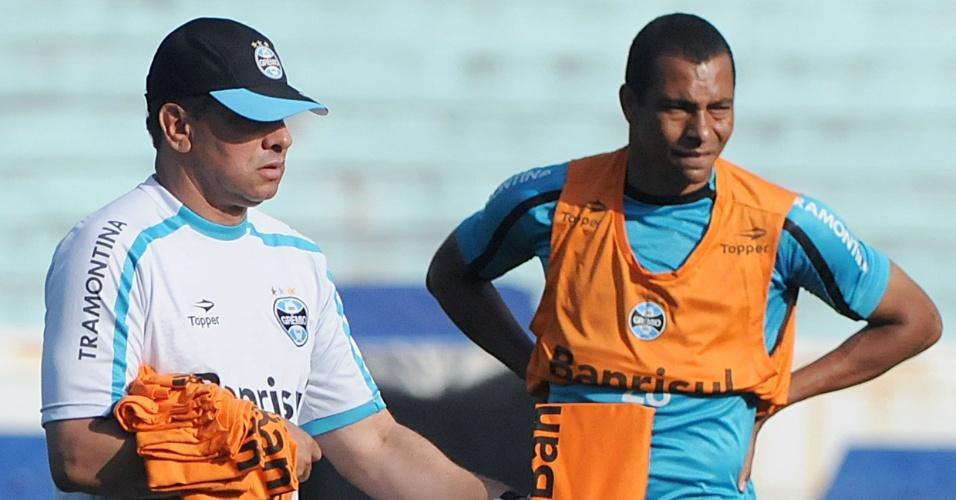 Celso Roth entrega colete para Gilberto Silva em treinamento (19/10/2011)