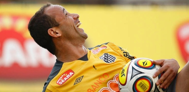 Léo se diverte em treinamento do Santos no CT Rei Pelé (14/05/2011)